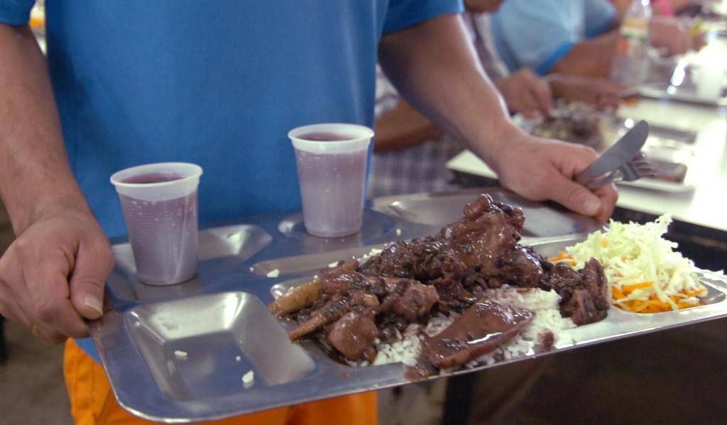 O almoço, pode ser arroz, feijão, salada, carne, suco ou algum outro prato.