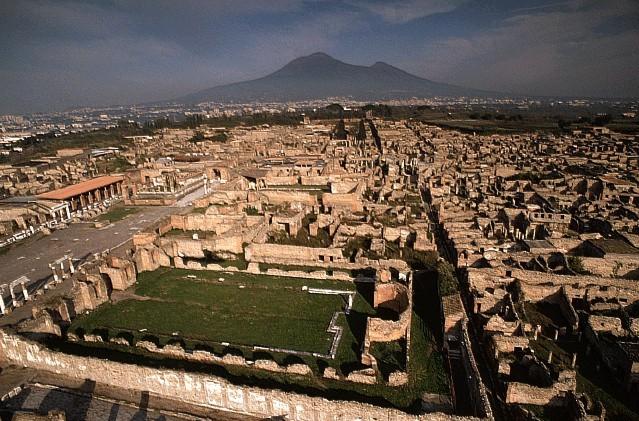 A cidade pareceter sido guardada por anos, somente para que os curiosos viessem e desfrutassem de suas belezas.