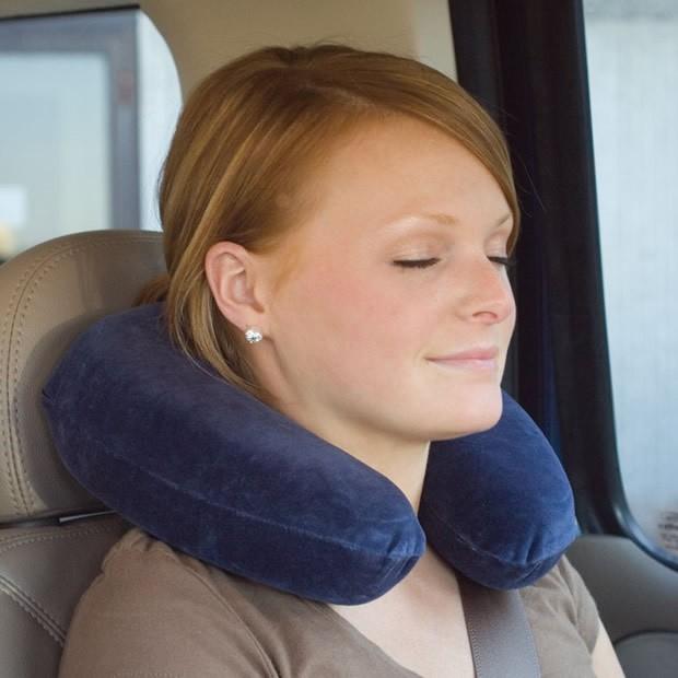 Use ele com auxilio do travesseiro, porque a poltrona do ônibus, tende a ser voltada para dentro o que é ruim para as costas e pescoço.