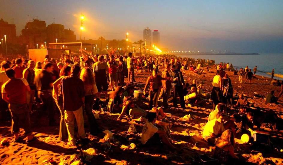 Grande parte dos jovens se reúnem meio  a praia para ver o novo dia chegar.