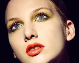 Lábios com batom laranjado.