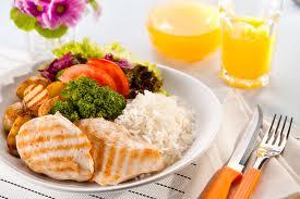 Não é indicado fazer a exclusão dos alimentos, más comer os mesmos em pequenas porções.