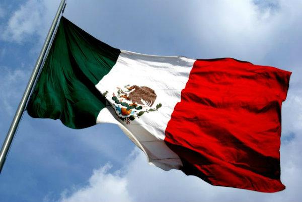 A bandeira do México é representada pelas cores, verde, branca e vermelha.