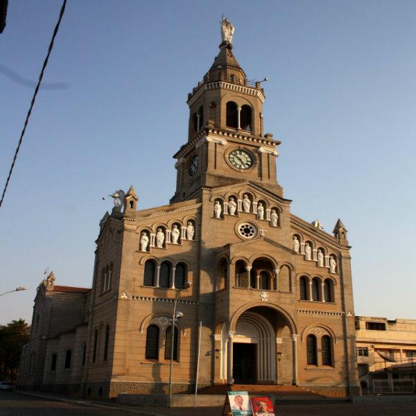 Ela possui a arquitetura antiga e belos detalhes.