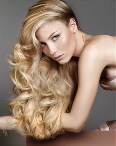 Lembre-se que morena não é apenas a cor da pela, mas também do cabelo. Por tanto aquelas que possuem o cabelo de cor escura, também pode estar fazendo as luzes, com as dicas que passamos- Foto Reprodução