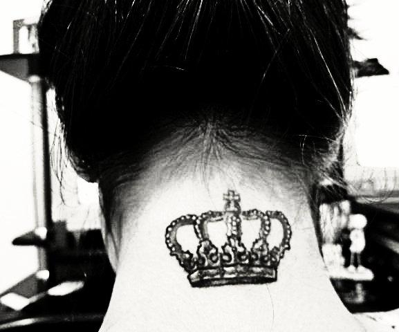 Tatuagem de coroa na nuca.