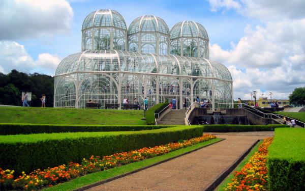 Se estiver passando por Curitiba, visita suas praças e parques.