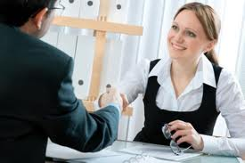Evitar o uso de roupas decotadas e chamativas, evitar o uso de gírias dentre outros.