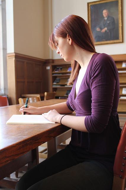 Os concursos permitem uma vaga de trabalho em instituições públicas.