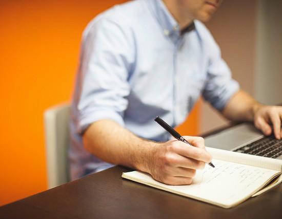 Faça anotações para não se perder em meio aos compromissos.