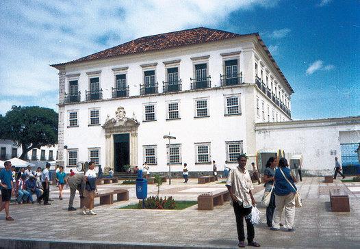 O palácio se situa na praça da Sé.