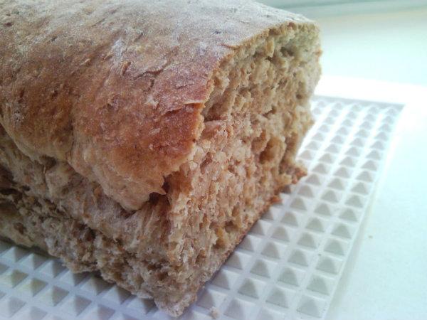 Cuidado no momento de sovar o pão, vá conferindo a quantidade de farinha.