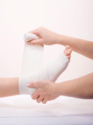 Atenção, permanece com o pé imobilizado, até a liberação do médico, caso o contrário podertá sofrer sérias complicações.