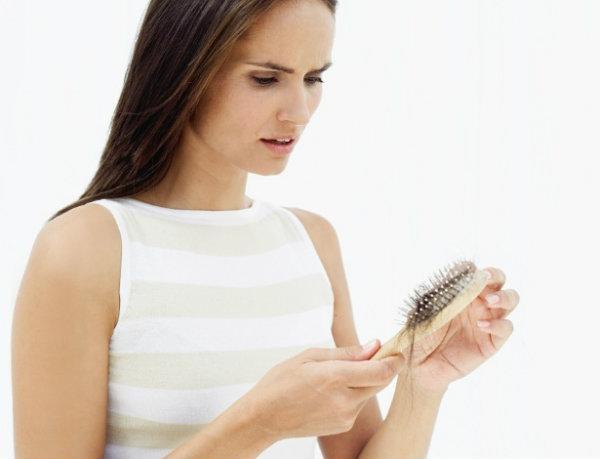 Não faça trança, não lave o cabelo na água quente e evite o uso do boné, assim ele cairá menos.