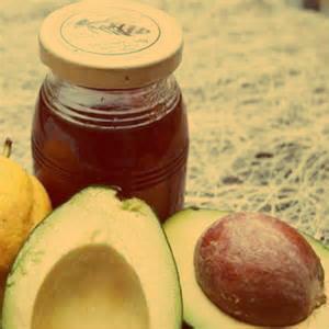 O abacate ou babosa, podem estar sendo aplicados diretamente no cabelo.
