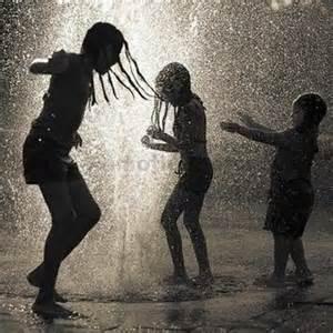 A chuva é um líquido ácido e junto com ela vem os ventos gelados e fortes, por isso pensamos que podemos gripar por delas.
