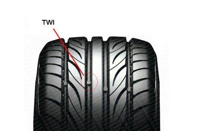 Procure sempre por ela. E verifique se um dos sulcos está baixo, caso estiver, troque o seu pneu.