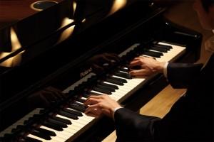 Para tocar piano é preciso manter uma postura, firme.